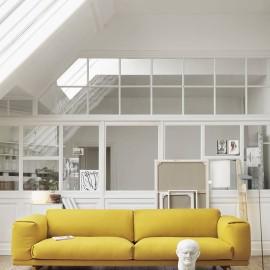 Stonowane wnętrze i akcentująca sofa
